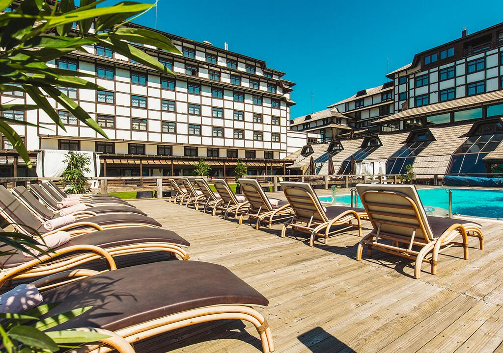 Kopaonik, zimovanje, smeštaj, Grand hotel & spa, lezaljke pored bazena