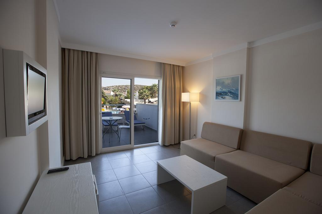 Letovanje Turska autobusom, Kusadasi, Hotel Batihan Beach resort&Spa,deo sobe i terasa