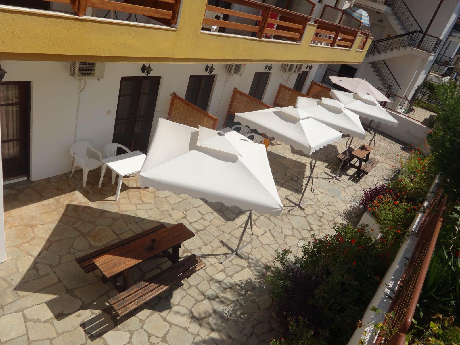 Grcka apartmani letovanje, Nea Flogita Halkidiki, Pirgioti, dvorište