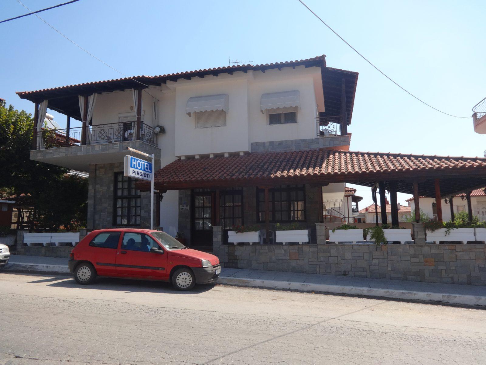 Grcka apartmani letovanje, Nea Flogita Halkidiki, Pirgioti, pogled sa ulice