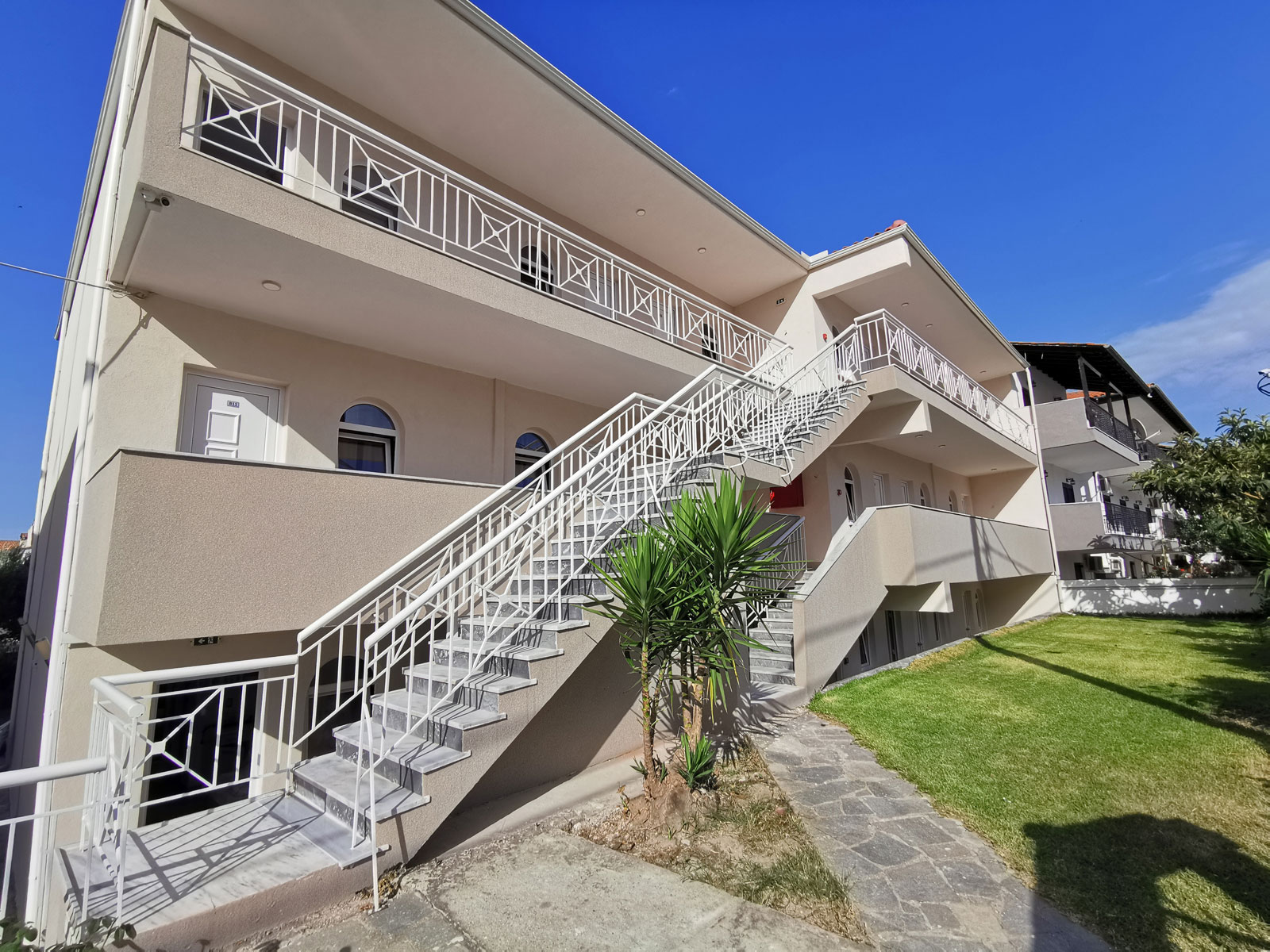 Grcka apartmani letovanje, Polihrono Halkidiki, Green Gardens, kuća B, dvorište prema ulici