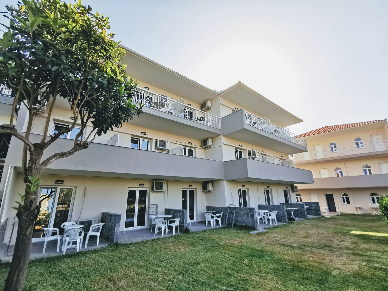 Grcka apartmani letovanje, Polihrono Halkidiki, Green Gardens, kuća B, travnjak ispred kuće