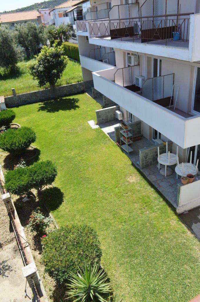 Grcka apartmani letovanje, Polihrono Halkidiki, Green Gardens, kuća B, dvorište