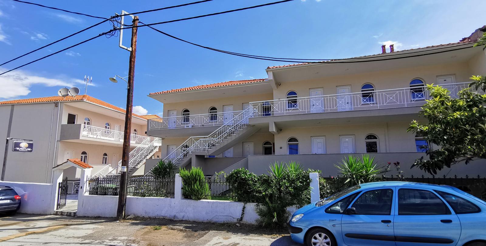 Grcka apartmani letovanje, Polihrono Halkidiki, Green Gardens,, kuća B, dvorište prema ulici i deo kuće A bočno