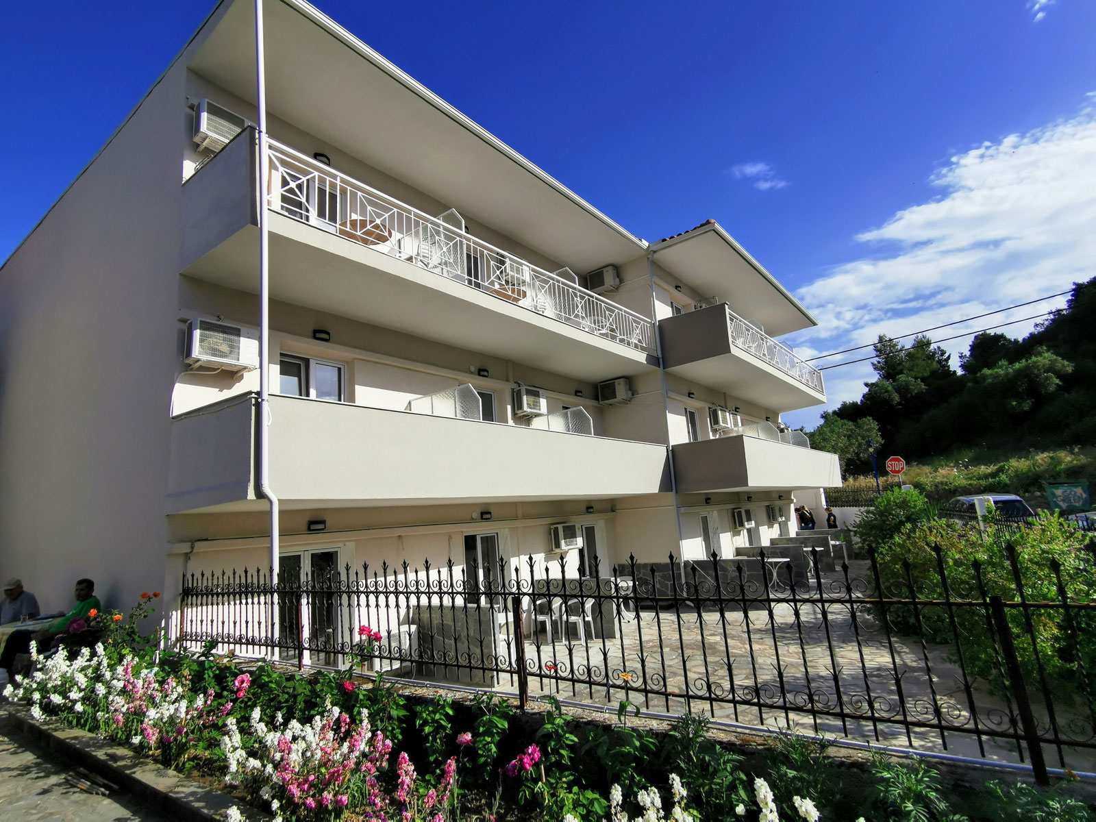 Grcka apartmani letovanje, Polihrono Halkidiki, Green Gardens, eksterijer, kuća A, dvorište prema ulici