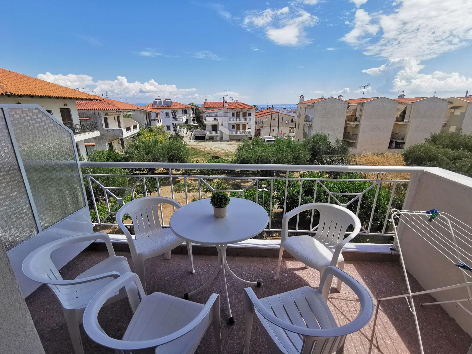 Grcka apartmani letovanje, Polihrono Halkidiki, Green Gardens, celika terasa