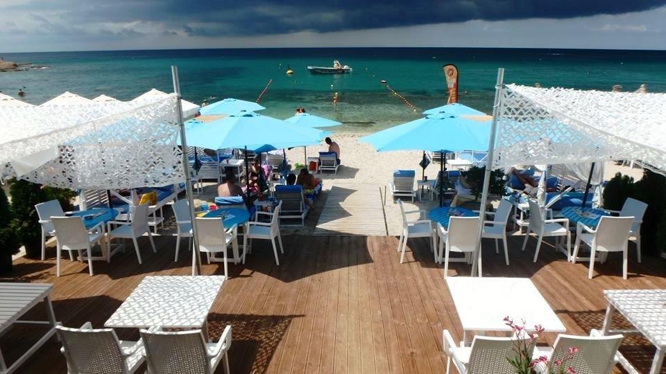 Grcka apartmani letovanje, Pefkari, Tasos, Pefkari Bay, ležaljke na plaži