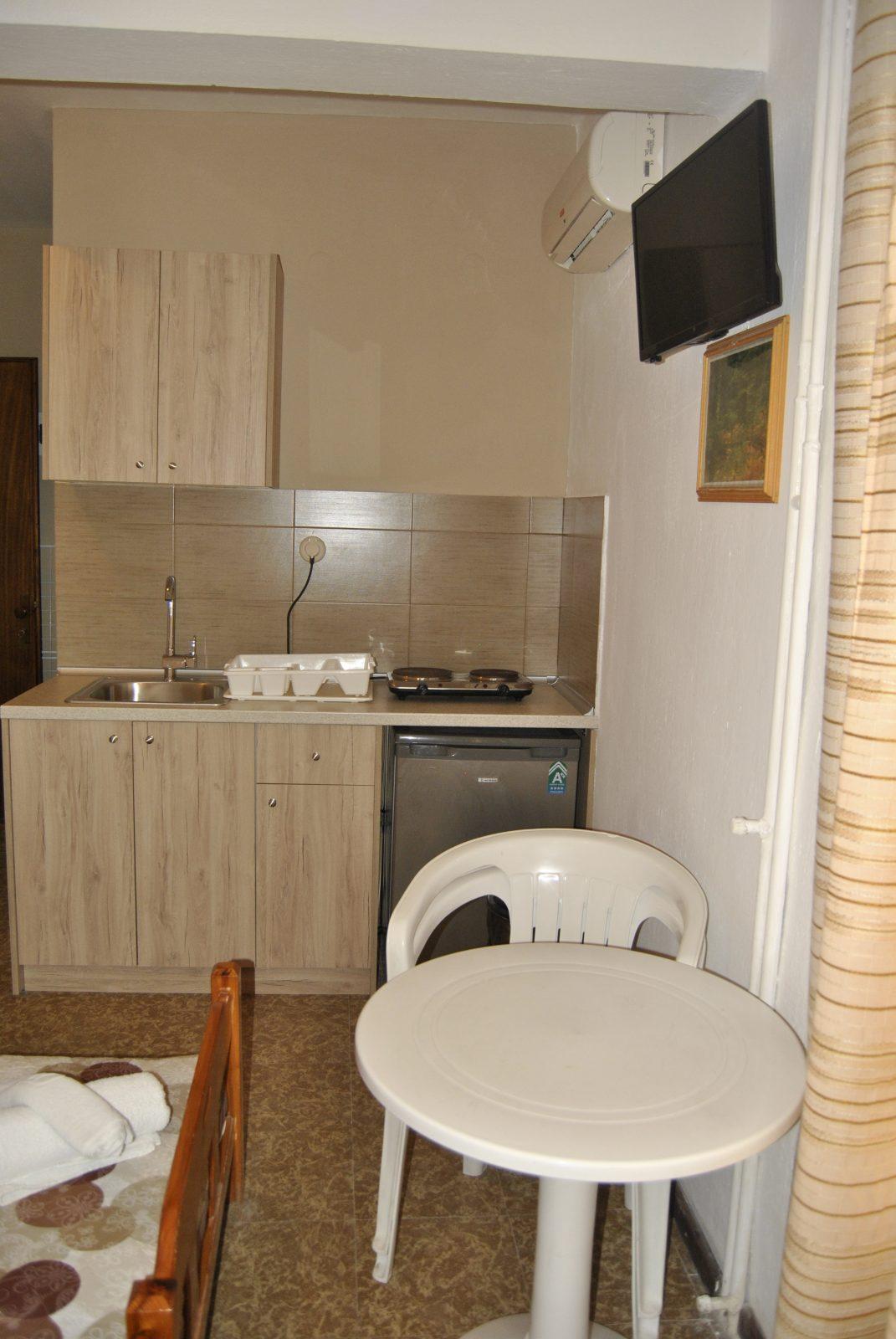 Grcka apartmani letovanje, Nea Flogita Halkidiki, Pirgioti, izgled kuhinje u studiu