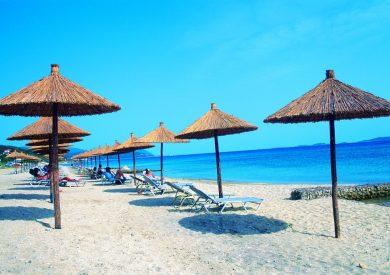 Grcka hoteli letovanje, Halkidiki, Uranopolis,hotel Alexandros Palace,ležaljke na plaži