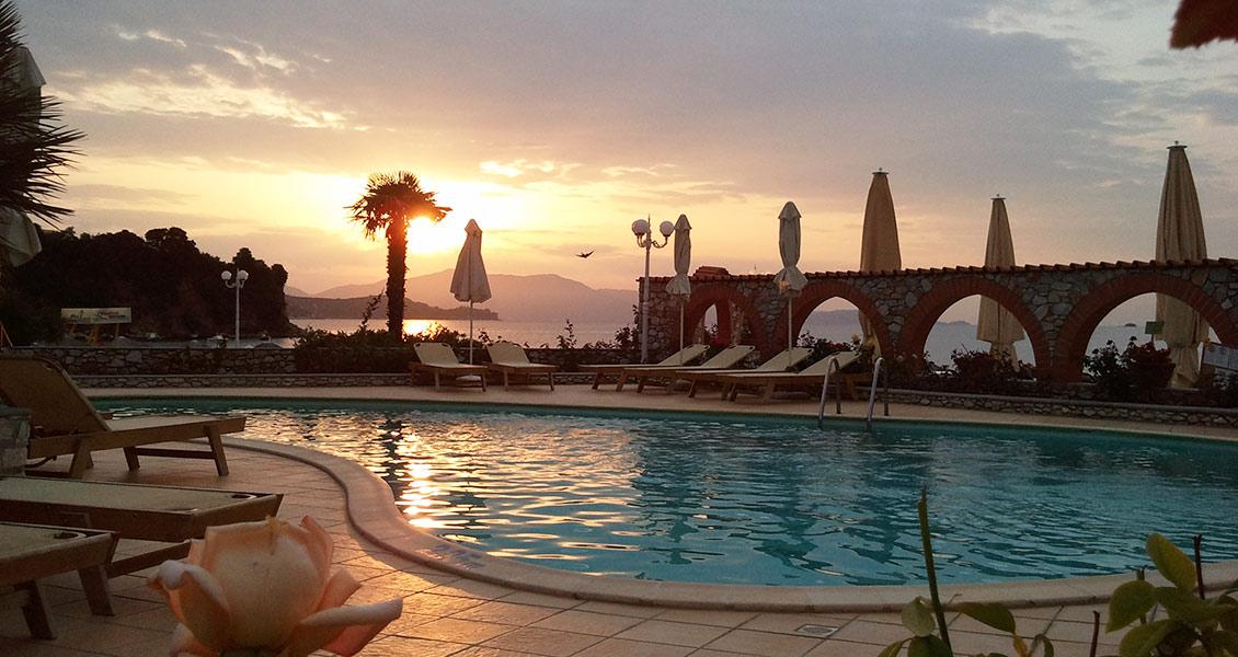 Grcka hoteli letovanje, Skiatos, Esperides Hotel,bazen noću