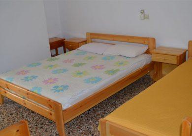 Spavaća soba Apartmana A4 +1  , jedan  veći  ležaj  i dva single ležaja