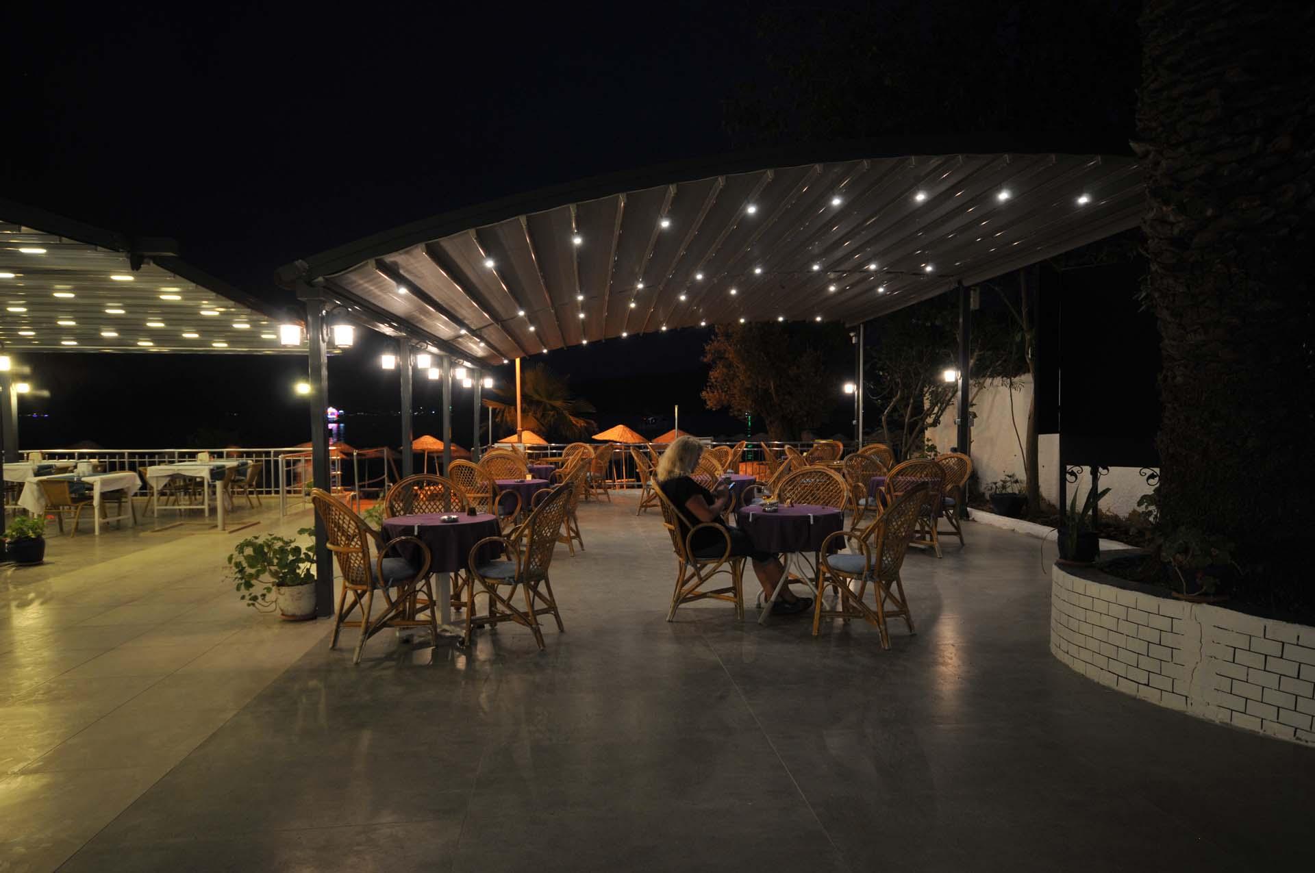 Letovanje Turska autobusom, Marmaris,Hotel Amos Marmaris bašta noću