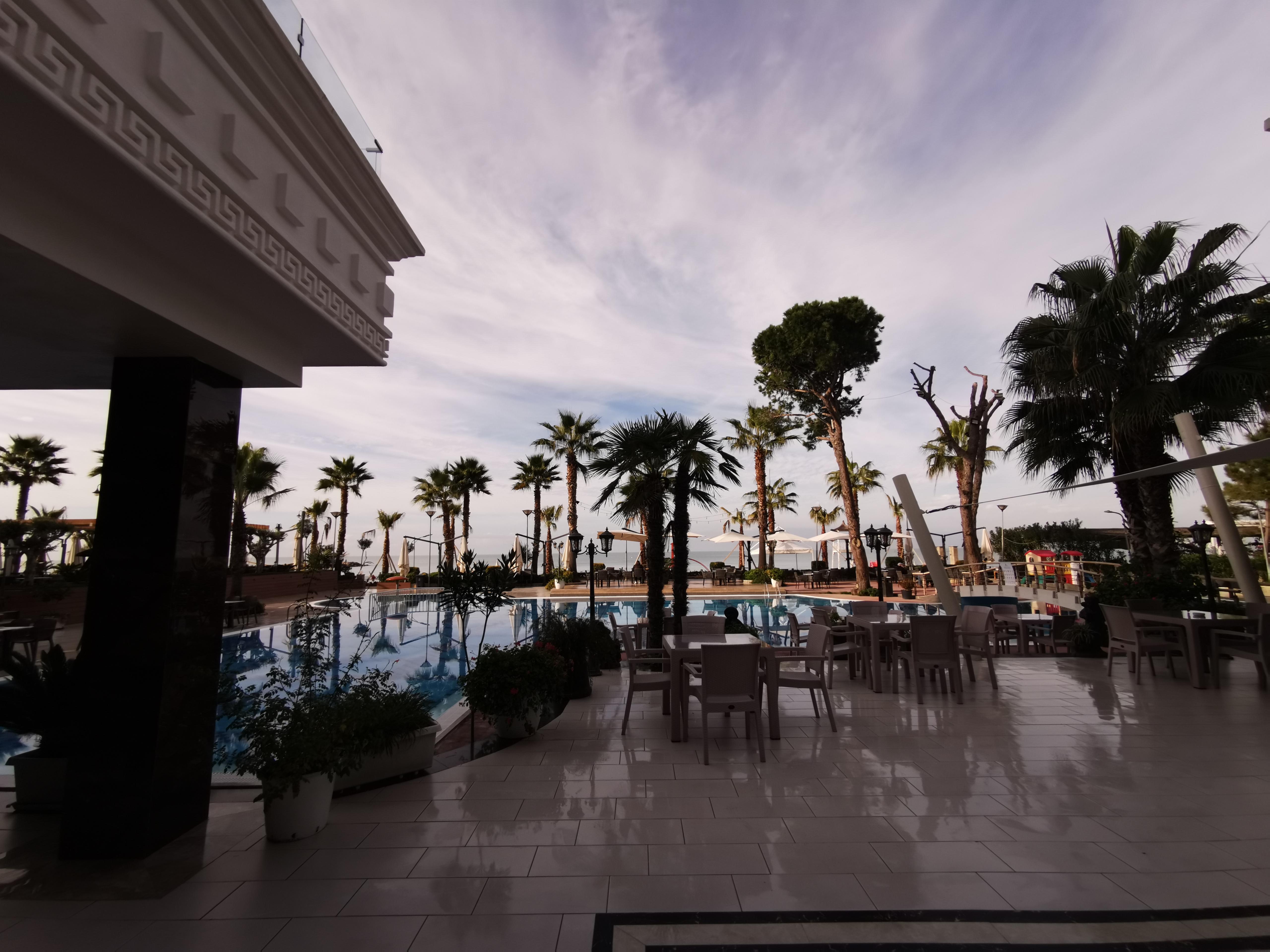 Letovanje Albanija autobusom, Drač, Hotel Fafa Premium,bazen  uveče