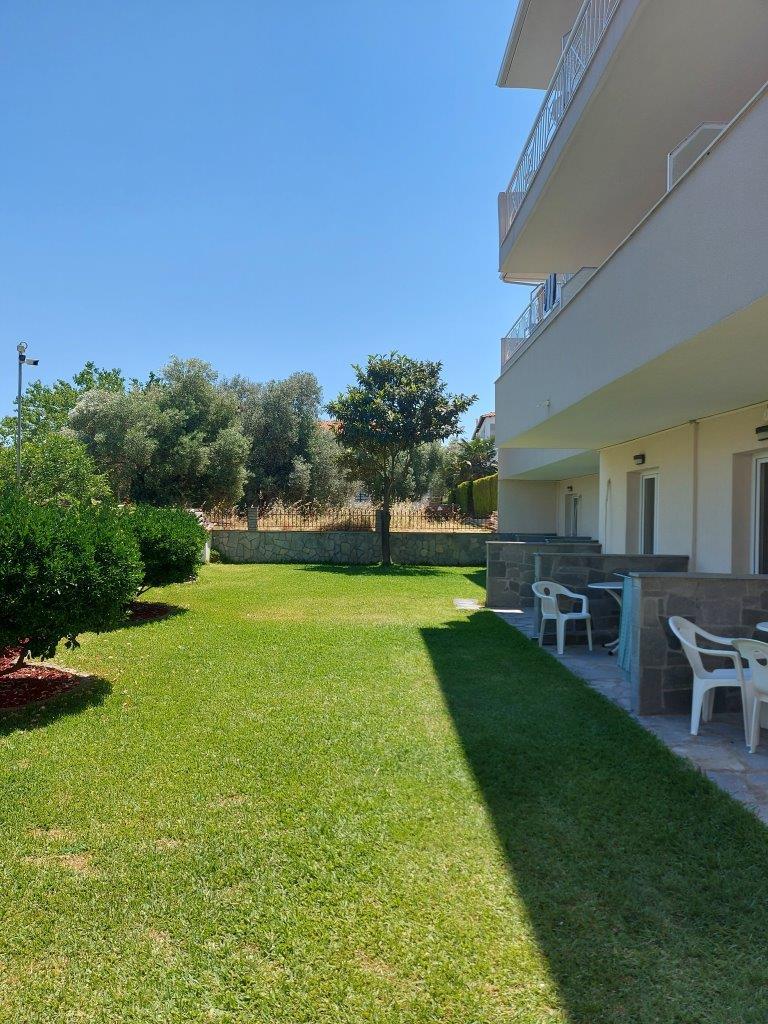 Grcka apartmani letovanje, Polihrono Halkidiki, Green Gardens, kuća B, pogled na dvorište
