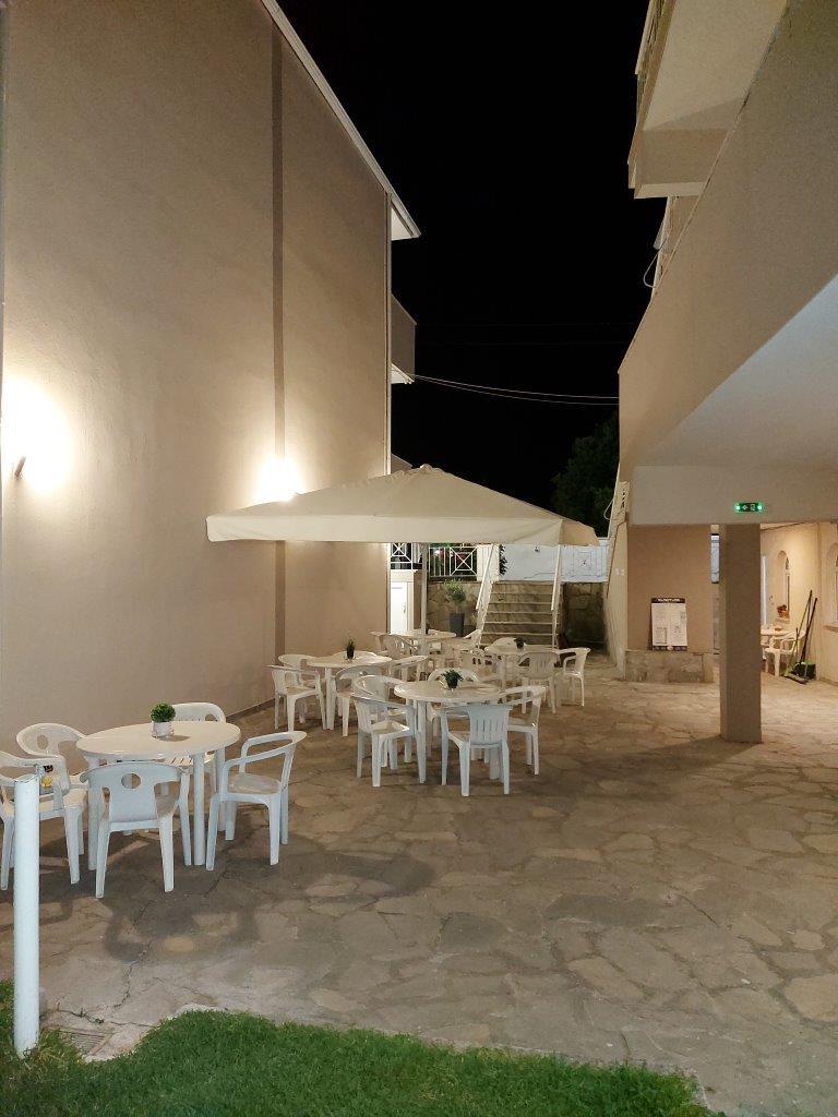 Grcka apartmani letovanje, Polihrono Halkidiki, Green Gardens, prostor za druženje izmedju kuća A i B