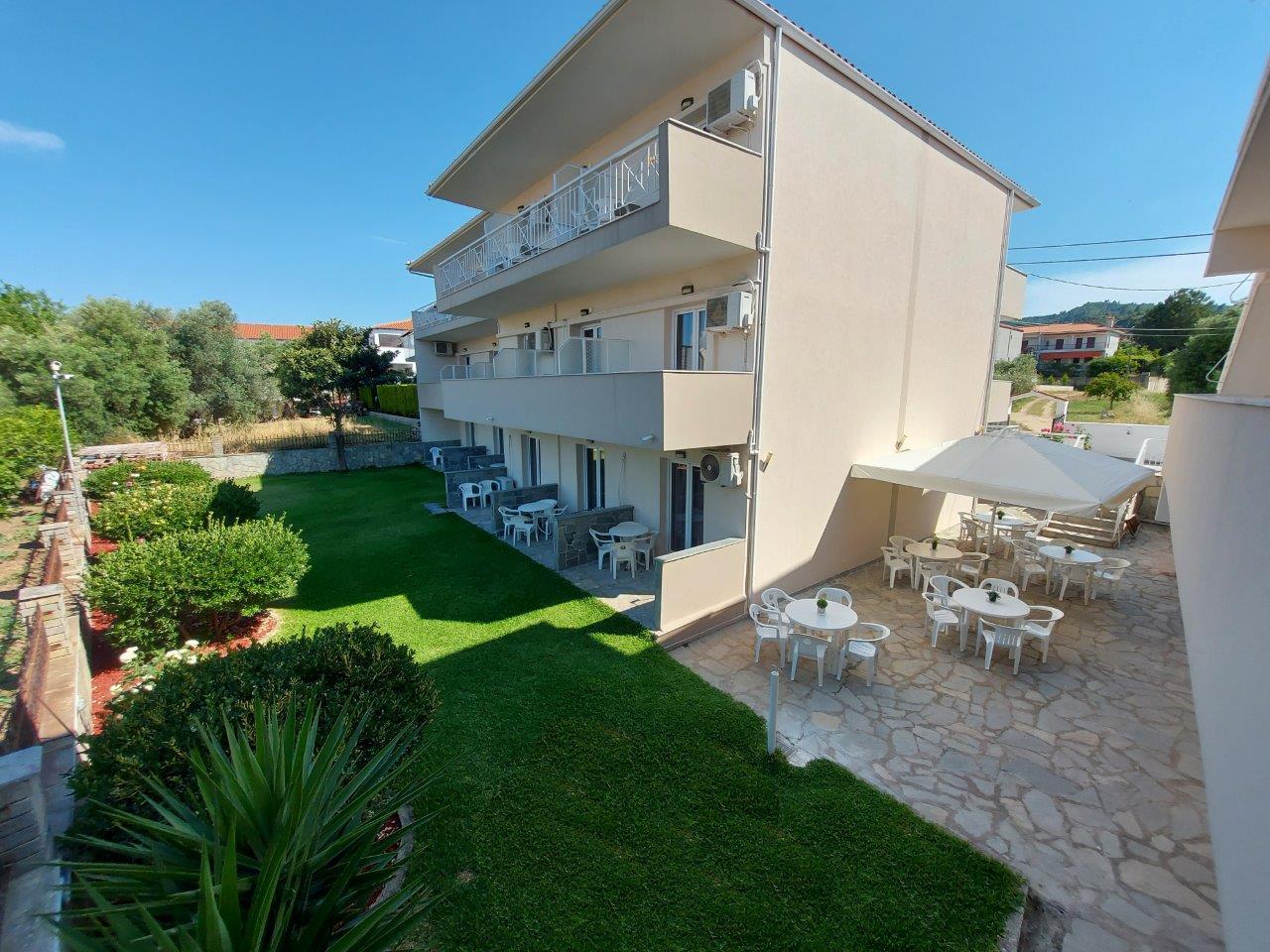 Grcka apartmani letovanje, Polihrono Halkidiki, Green Gardens, kuća B, pogled na travnjak ispred kuće